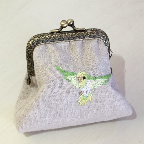 リネンで小鳥の手刺繍のがま口ポーチ
